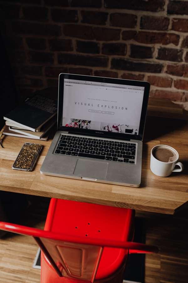 放在桌面上的苹果笔记本电脑图片_WWW.66152.COM