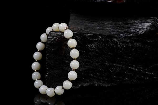 白色的珍珠手链图片_WWW.66152.COM