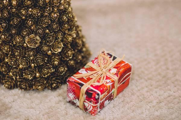 别致的礼物盒图片_WWW.66152.COM