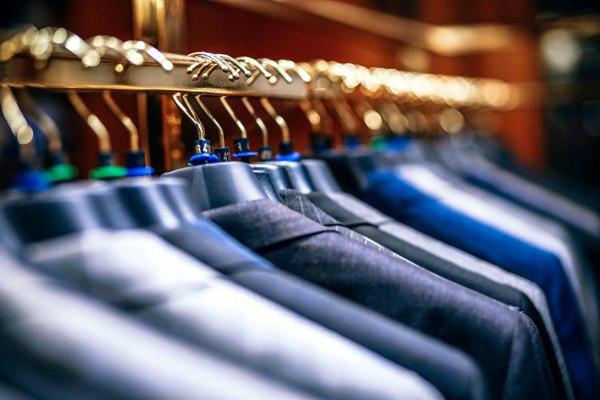 挂在衣架上的衣服图片_WWW.66152.COM
