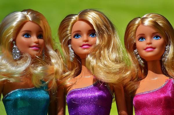 小女孩的芭比娃娃玩具图片_WWW.66152.COM