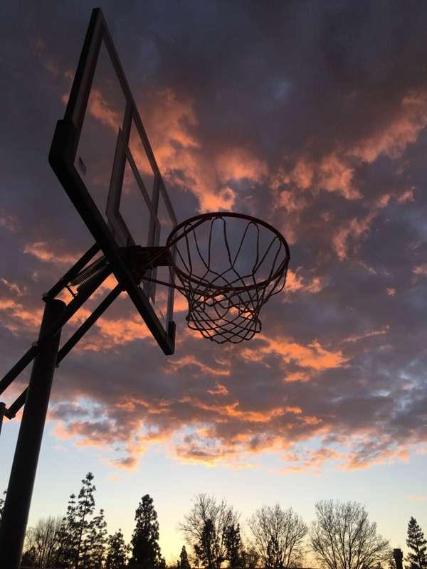 篮球架上的篮球框图片_WWW.66152.COM