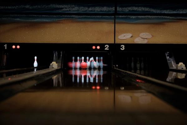 保龄球馆里的保龄球用品图片_WWW.66152.COM