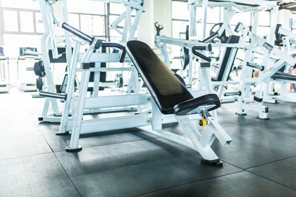 健身房跑步机图片_WWW.66152.COM
