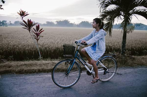 骑单车的女人图片_WWW.66152.COM