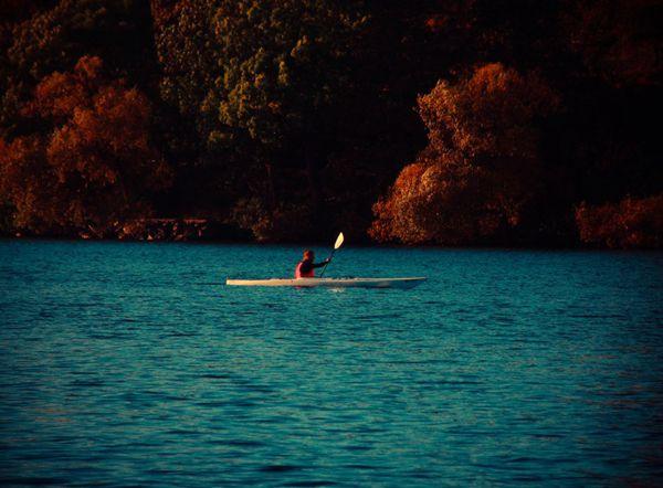 划皮艇的人图片_WWW.66152.COM