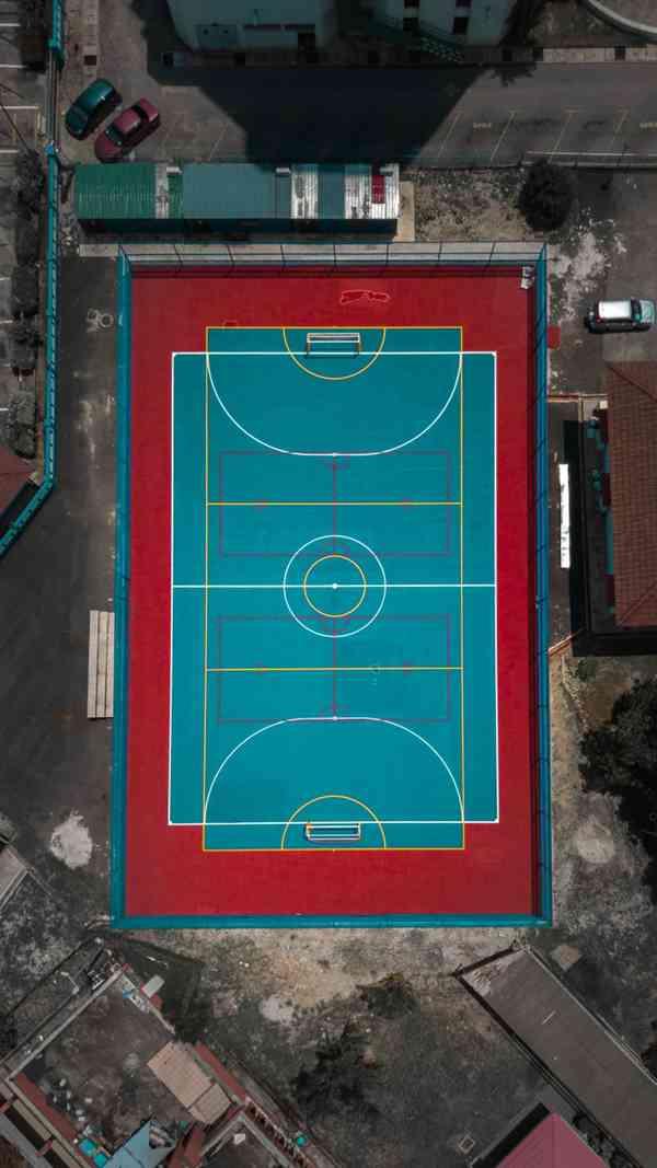 航拍角度下的篮球场图片_WWW.66152.COM