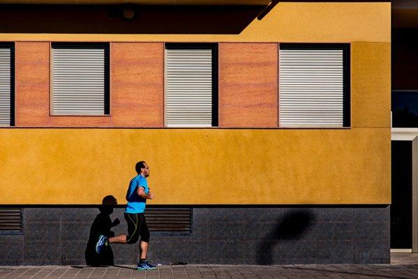 跑步运动的人图片_WWW.66152.COM
