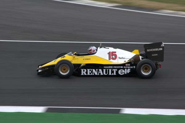 赛道上的F1赛车图片_WWW.66152.COM