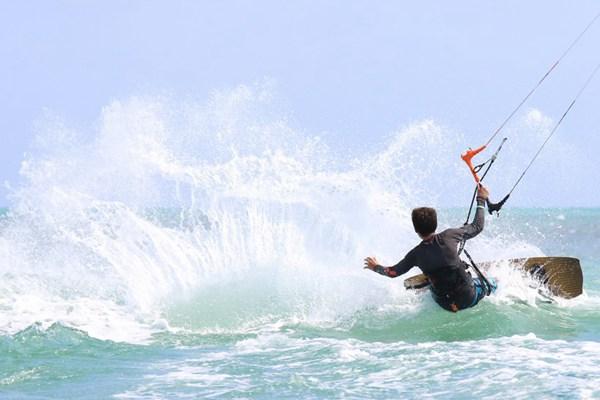 海上的滑水运动图片_WWW.66152.COM