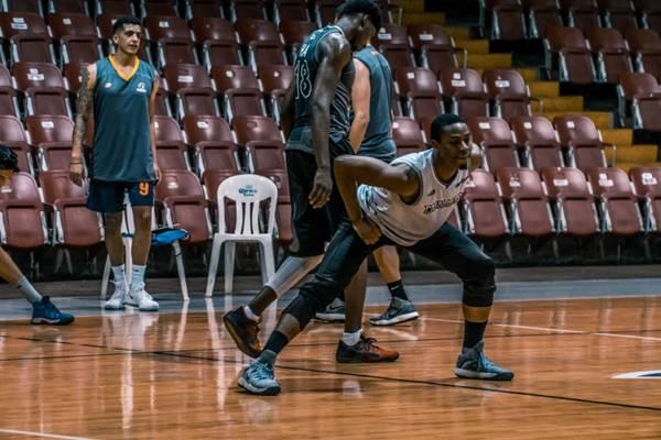 打篮球的青年图片_WWW.66152.COM