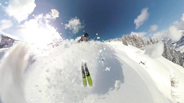 雪地里的滑雪爱好者图片_WWW.66152.COM