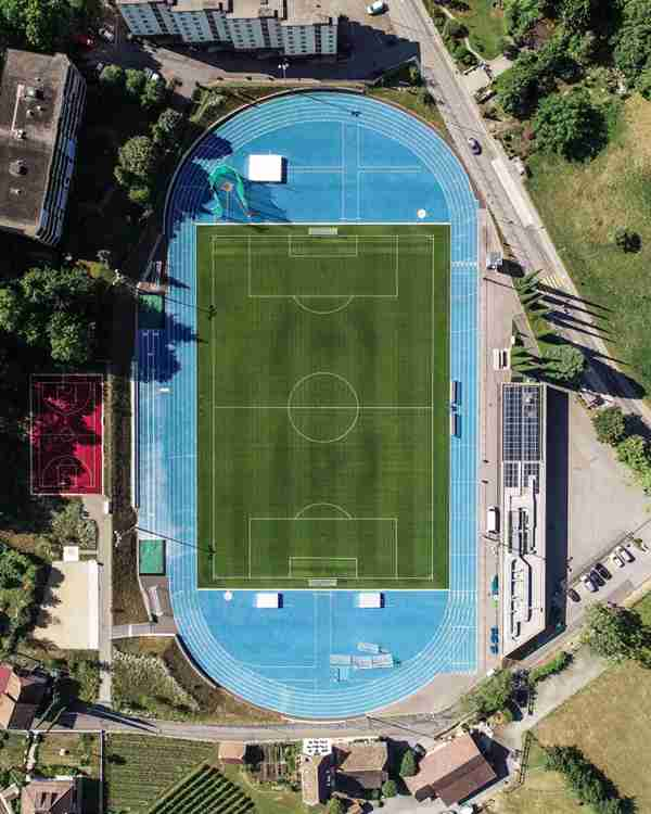 宽敞的足球场图片_WWW.66152.COM