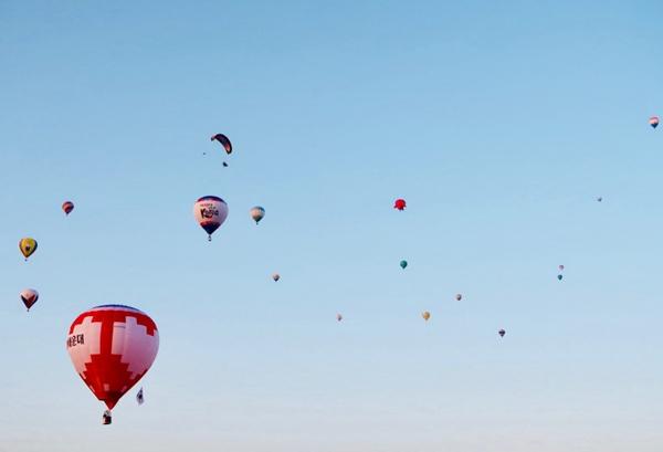 五彩热气球图片_WWW.66152.COM