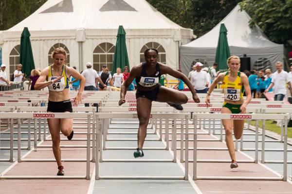 紧张刺激的跨栏跑比赛图片_WWW.66152.COM