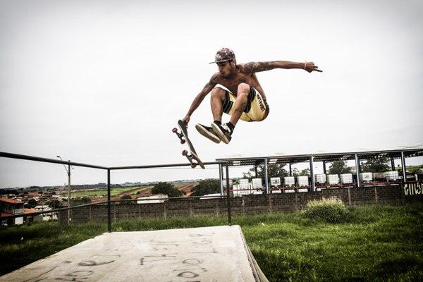 难度超大的滑板运动图片_WWW.66152.COM