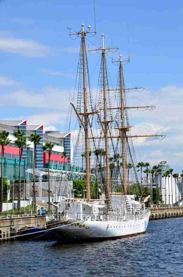 造型独特的帆船图片_WWW.66152.COM