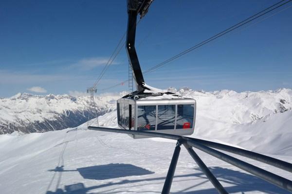 悬在空中的缆车图片_WWW.66152.COM