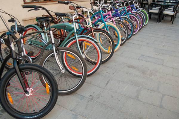 停放在路边的共享单车图片_WWW.66152.COM