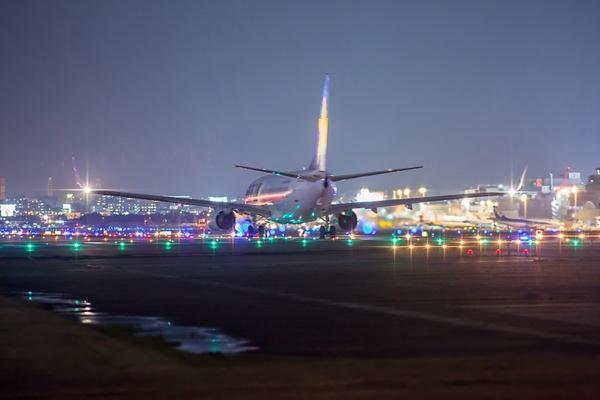 夜晚飞机场准备起飞的飞机图片_WWW.66152.COM