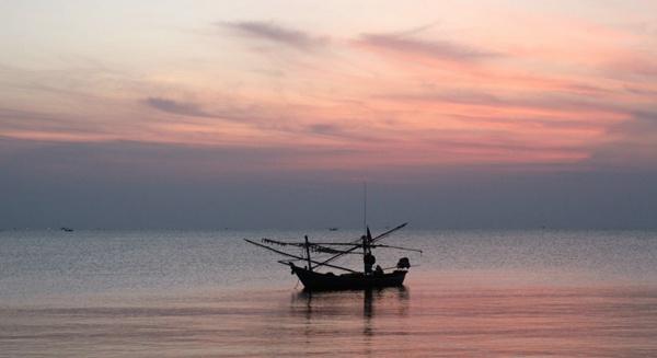 水面上的小舟图片_WWW.66152.COM