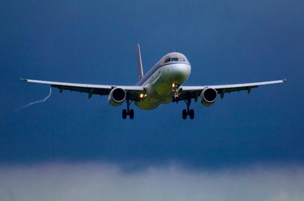 客运飞机在天空中飞行图片_WWW.66152.COM