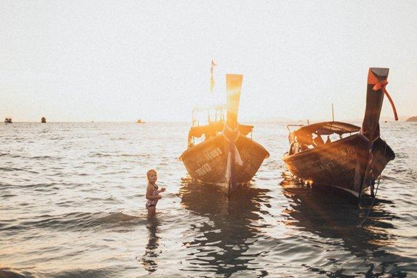 海面上的木舟图片_WWW.66152.COM