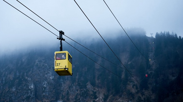 高空中的缆车图片_WWW.66152.COM