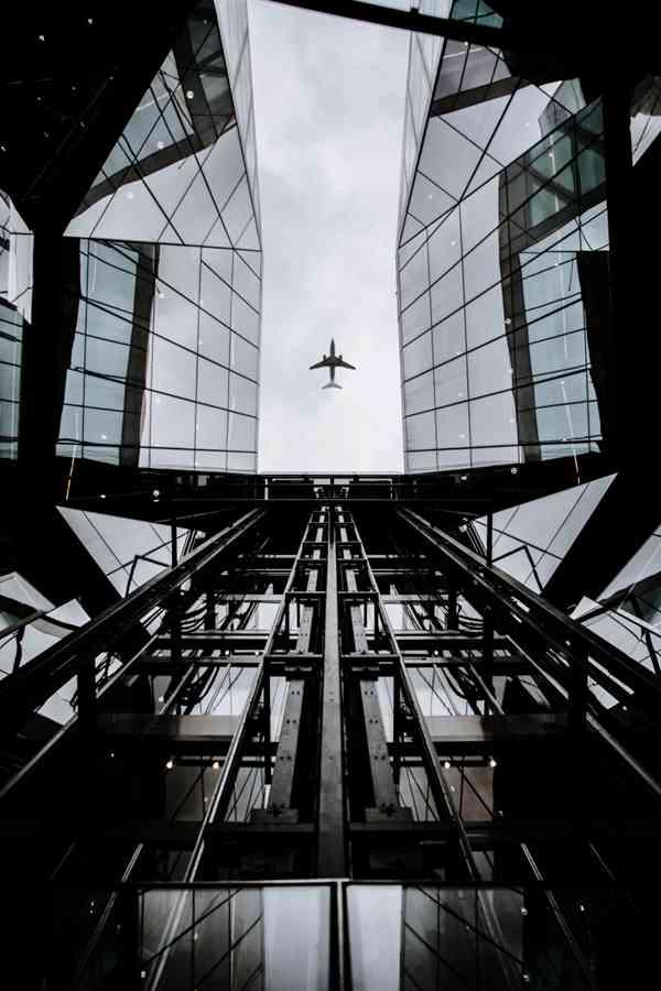 城市上空的飞机图片_WWW.66152.COM