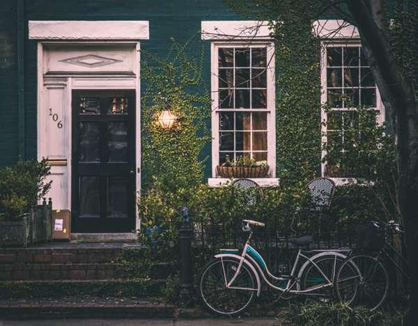 停在门口的单车图片_WWW.66152.COM
