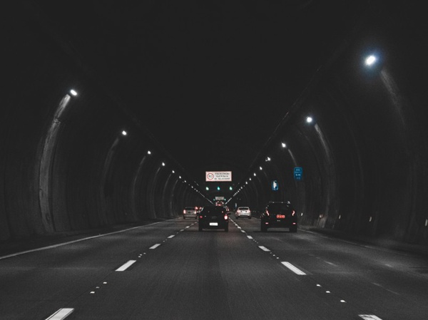 阴暗的公路隧道图片_WWW.66152.COM
