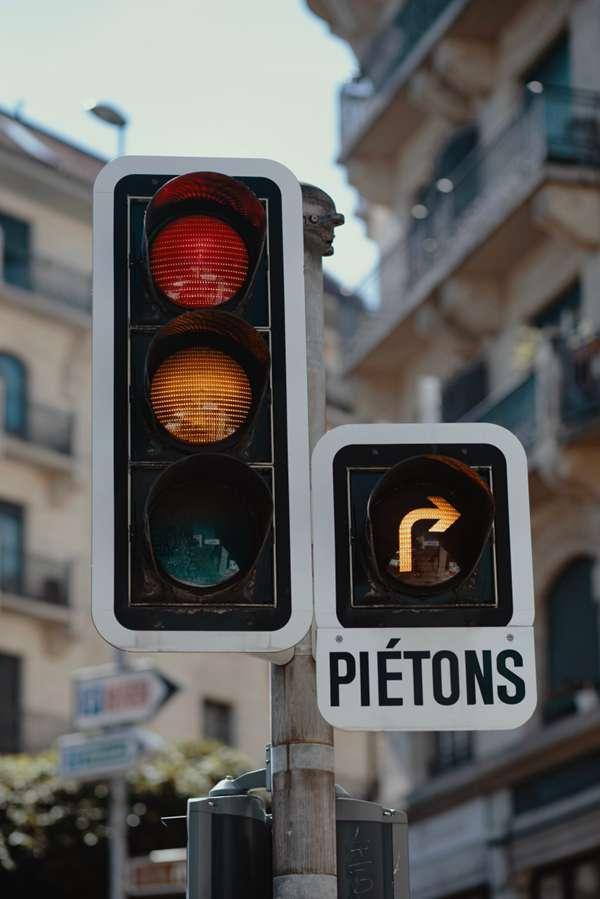 路上的交通信号灯图片_WWW.66152.COM