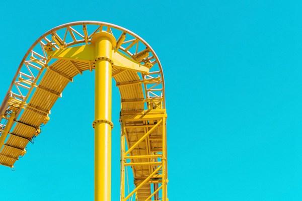 游乐场里的娱乐设施图片_WWW.66152.COM