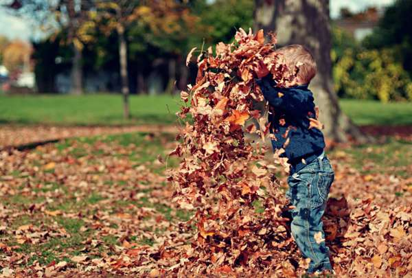 在公园里玩耍的小孩图片_WWW.66152.COM