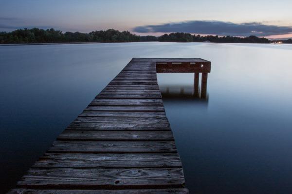 水面上的码头图片_WWW.66152.COM