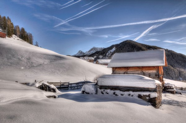 被雪覆盖的木屋图片_WWW.66152.COM