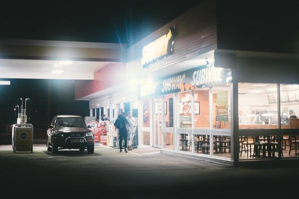 夜晚的加油站图片_WWW.66152.COM