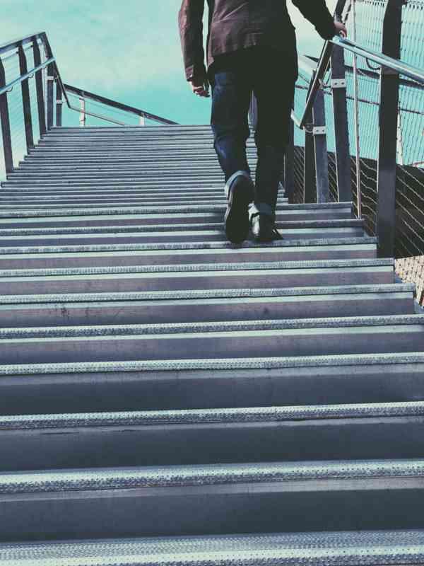 走楼梯的人图片_WWW.66152.COM