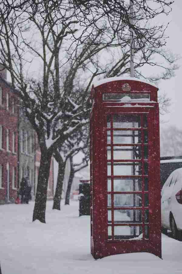 国外街头的红色电话亭图片_WWW.66152.COM