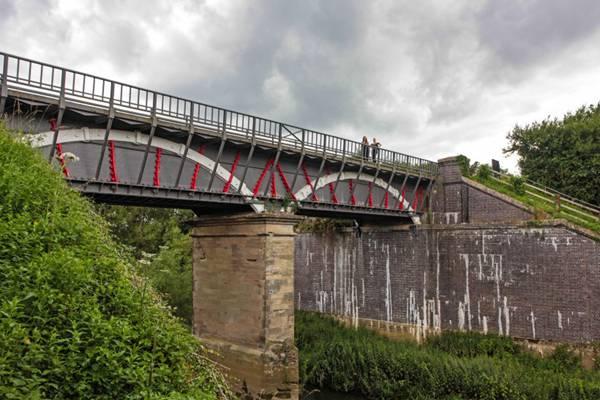 坚固的桥梁图片_WWW.66152.COM