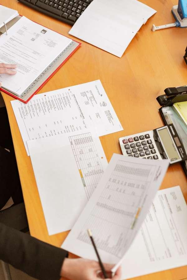 白领的办公桌面图片_WWW.66152.COM
