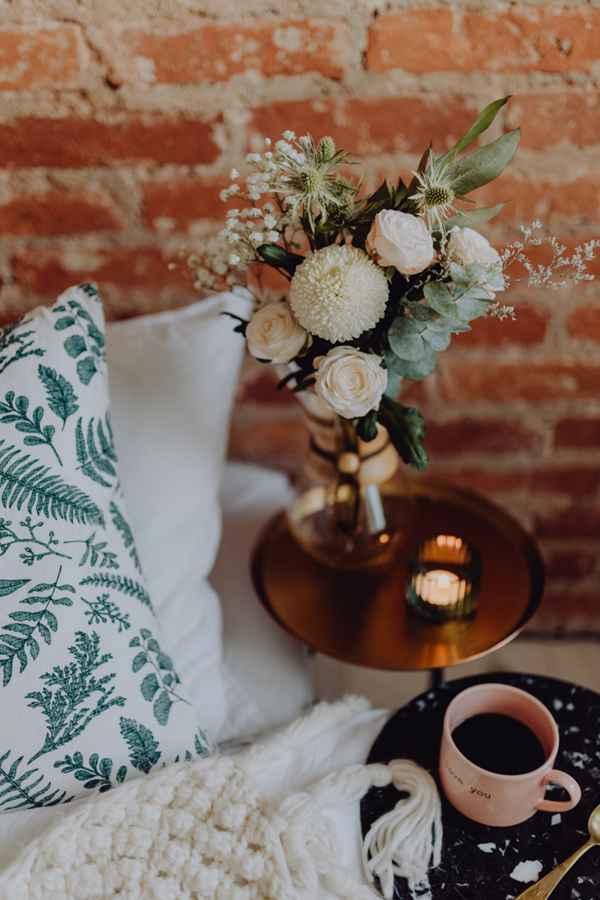 放着鲜花和早餐的房间图片_WWW.66152.COM