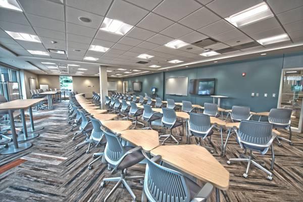 宽敞明亮的会议室图片_WWW.66152.COM