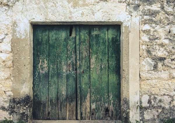 破旧的房门图片_WWW.66152.COM