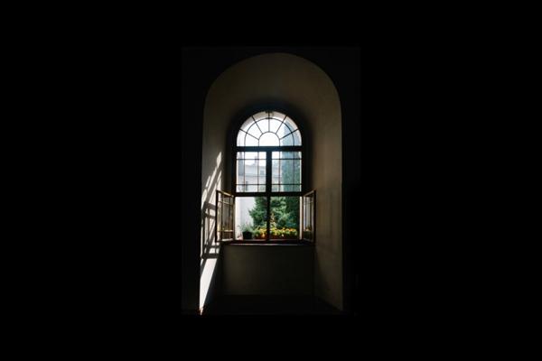 打开的窗户图片_WWW.66152.COM
