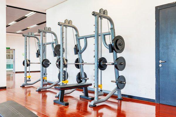 宽敞明亮的健身房图片_WWW.66152.COM