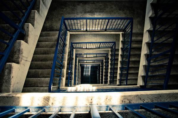 回旋的楼梯图片_WWW.66152.COM