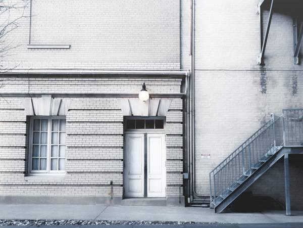 街边的门和窗图片_WWW.66152.COM