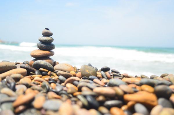 水边的鹅卵石图片_WWW.66152.COM