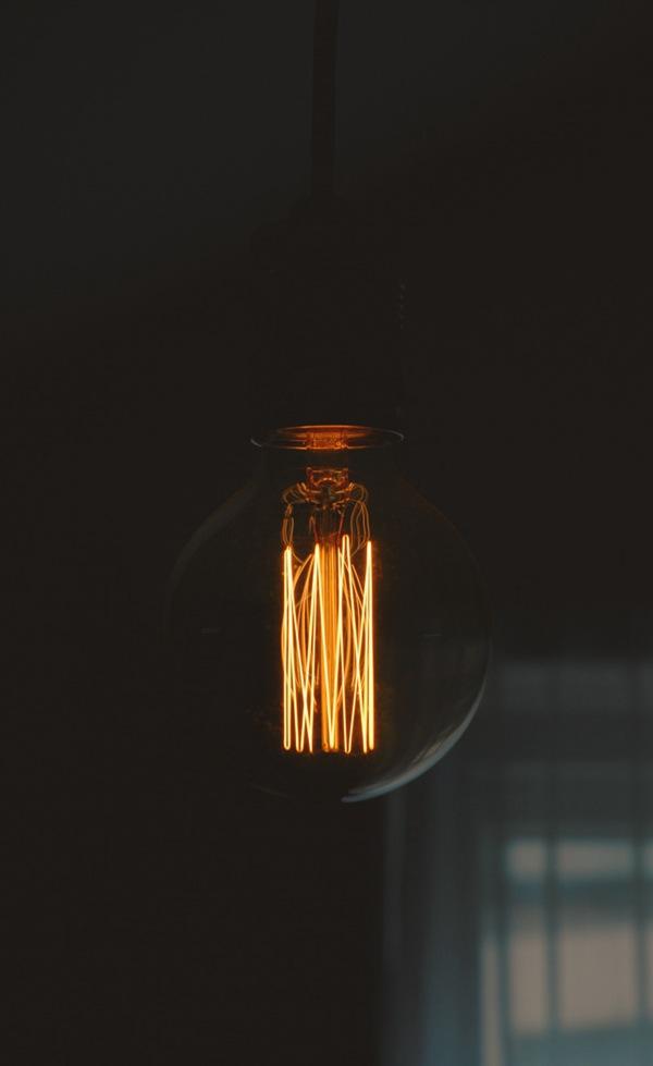 黑暗中的灯图片_WWW.66152.COM